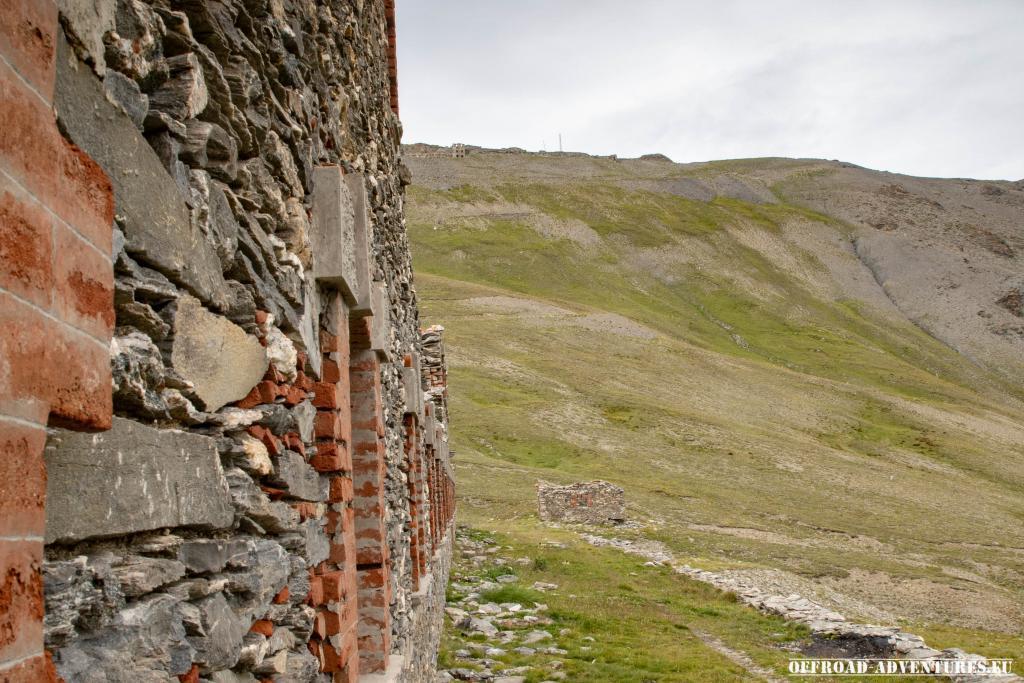 Wir standen an den Kasernen und schauten hoch zum Fort Jafferau