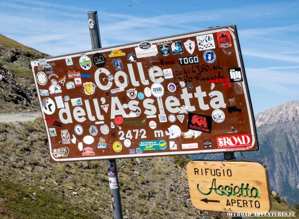 Das Colle dell Assietta Schild, unser Sticker ist auch zu sehen